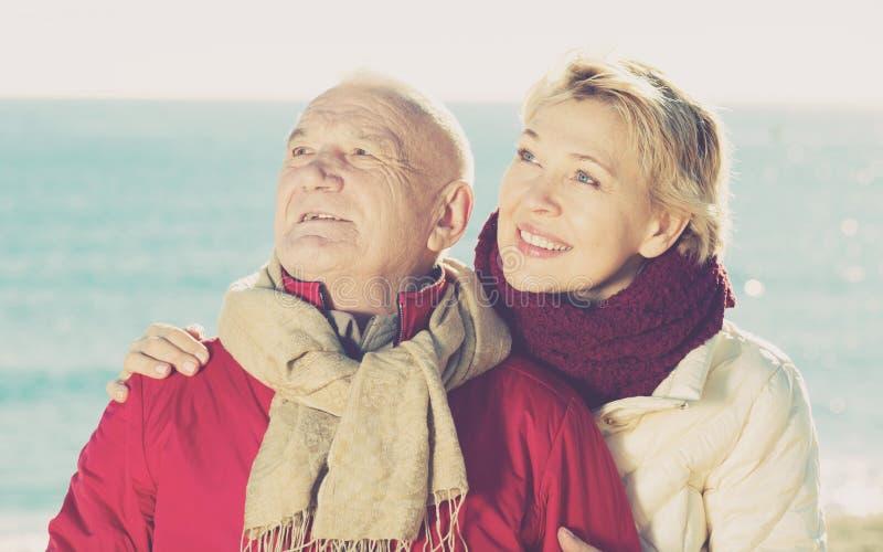 Mogna par som går vid havet royaltyfri foto