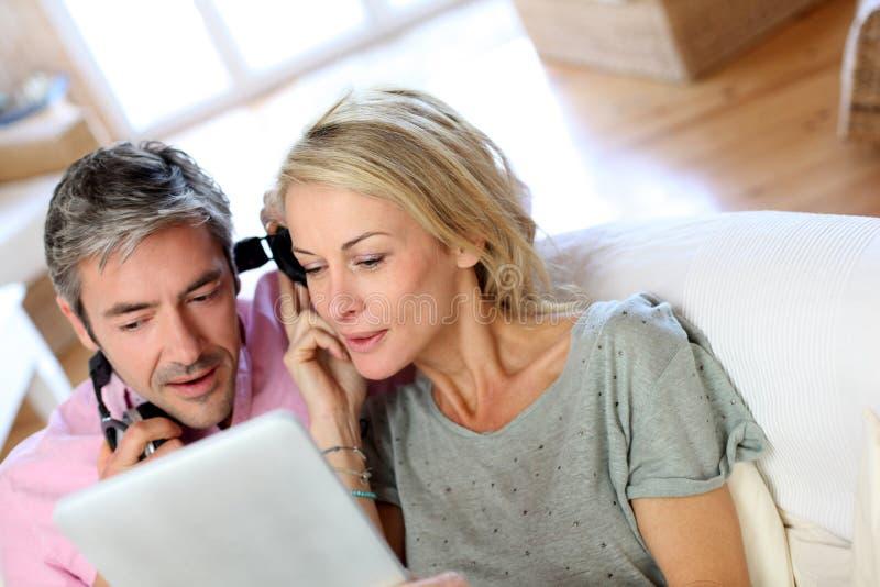 Mogna par som lyssnar till musik arkivbild