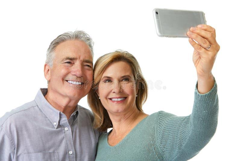 Mogna par som tar selfie royaltyfria foton
