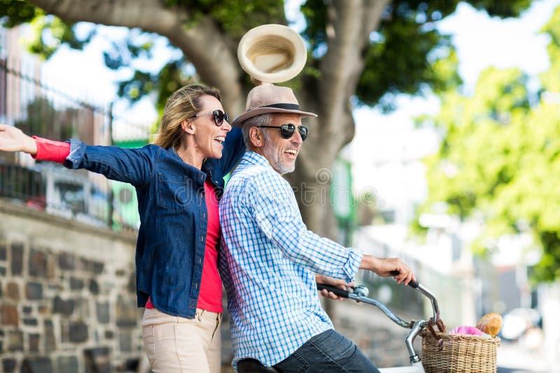 Mogna par som tycker om, medan rida cykeln royaltyfri fotografi