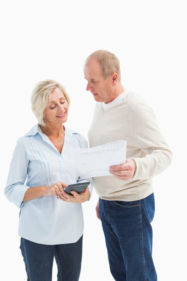 Mogna par som utarbetar deras räkningar arkivbild
