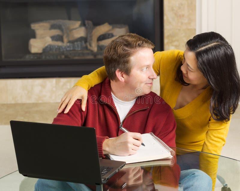 Mogna par som visar nöje, medan arbeta hemifrån arkivbild