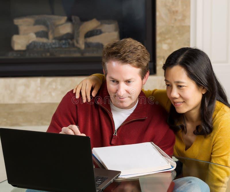 Mogna par tycker om att arbeta med de hemma arkivfoto