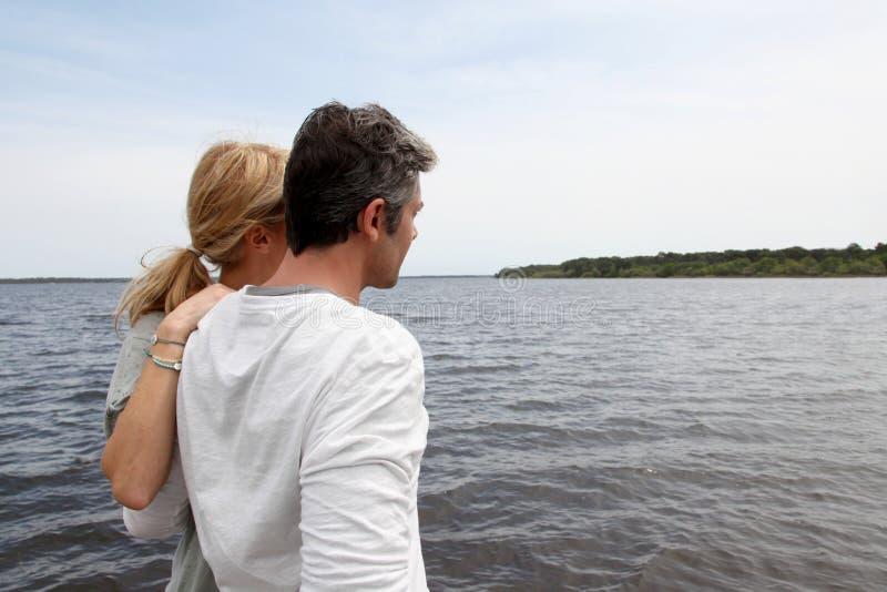Mogna paranseendet av sjön som beundrar naturen royaltyfria bilder