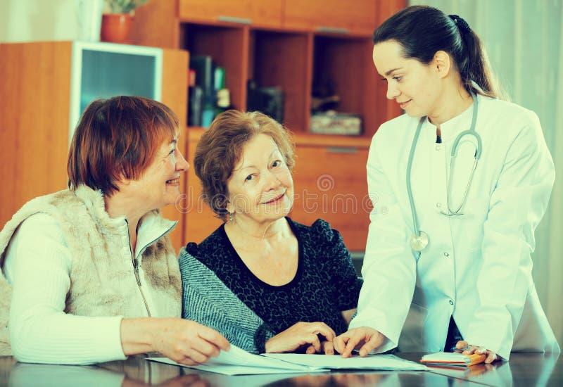 Mogna patienter för ungt läkarehäleri i klinik arkivfoton