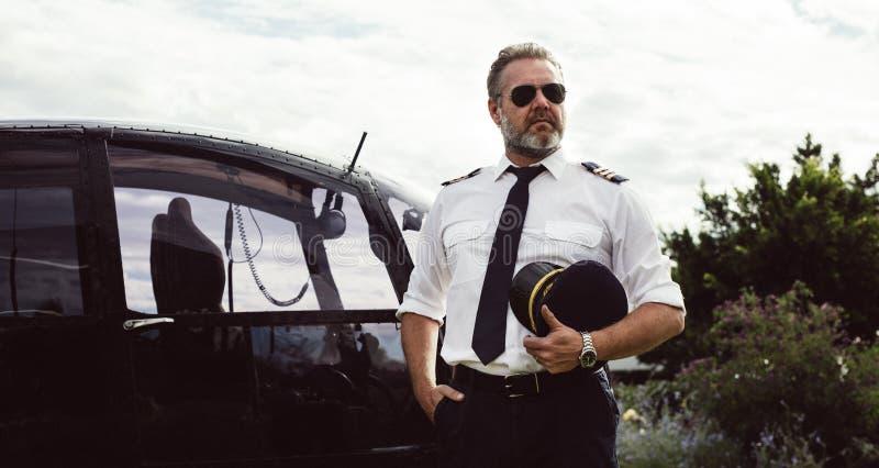 Mogna piloten i likformig arkivfoton