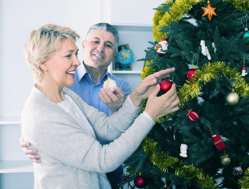 Mogna positiva par dekorerar gran-trädet för ferier av Christm fotografering för bildbyråer
