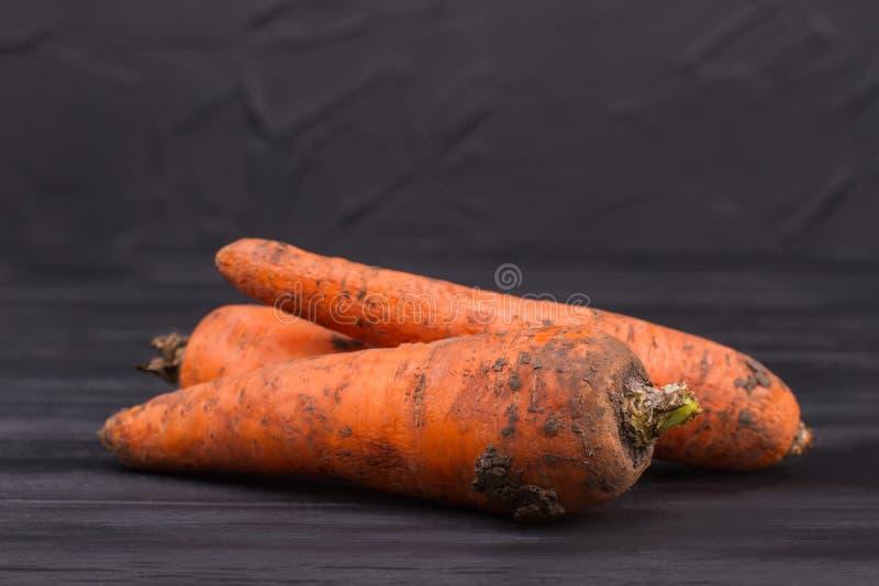 Mogna rå nya smutsiga morötter stänger sig upp arkivfoto