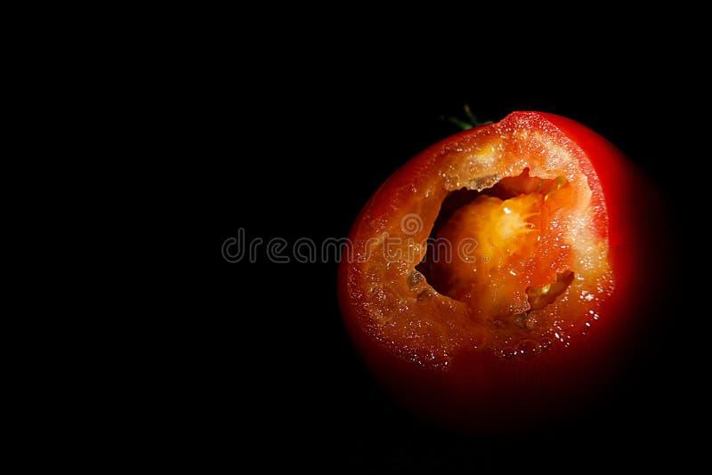 Mogna röda tomater på en trätabell arkivfoto