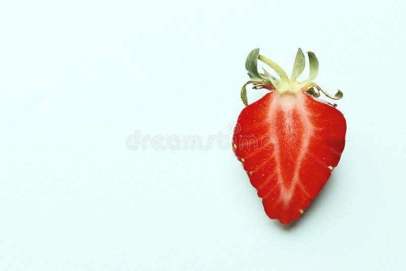 Mogna saftiga jordgubbar på en blå bakgrund med utrymme för text royaltyfri bild