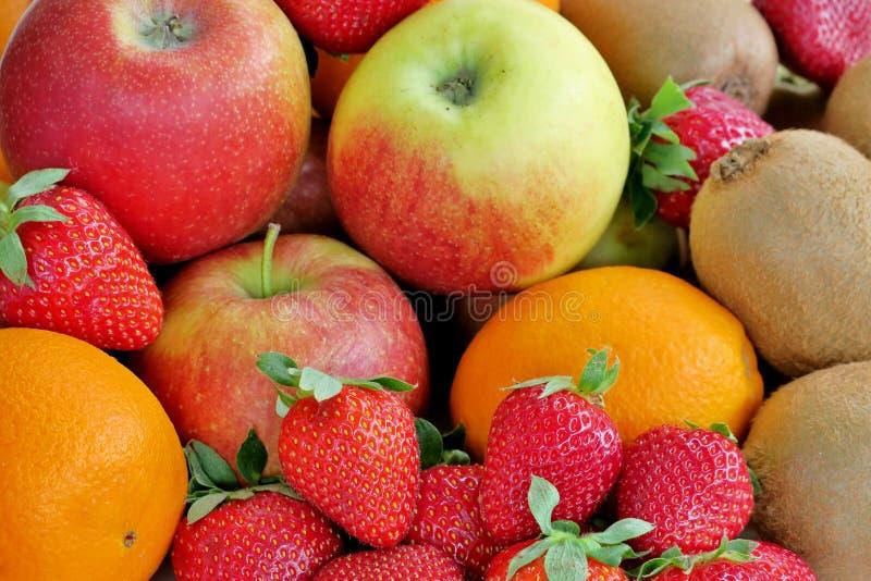 Mogna saftiga sunda frukter av olika färger royaltyfri bild