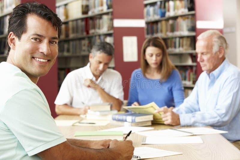 Mogna studenter som arbetar i arkiv arkivbild