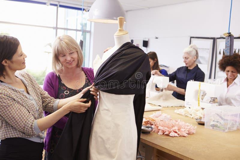 Mogna studenter som studerar mode och design royaltyfri bild