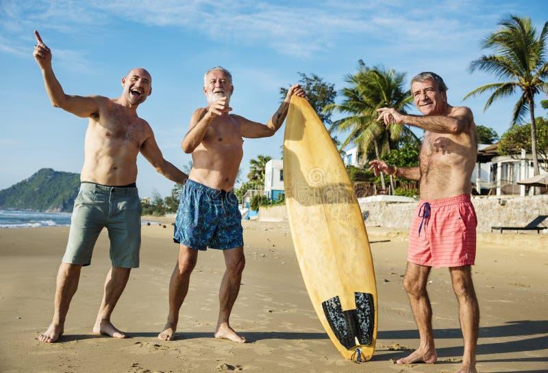 Mogna surfare på stranden royaltyfri fotografi