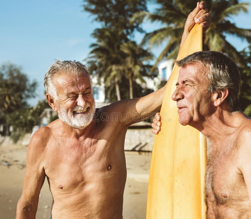 Mogna surfare på stranden royaltyfri foto