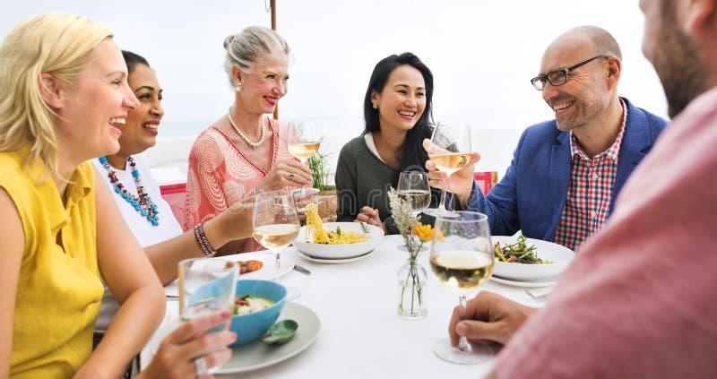 Mogna vänner bötfäller att äta middag utomhus begrepp arkivbilder