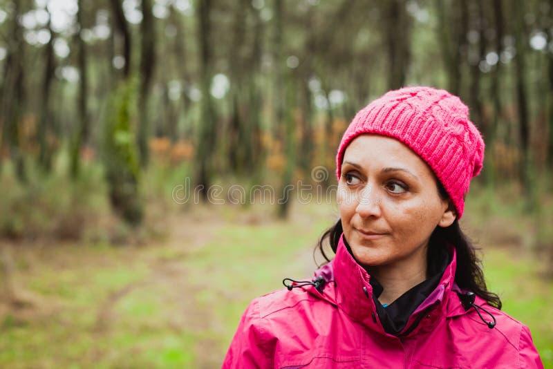Mognad kvinna i skogen fotografering för bildbyråer