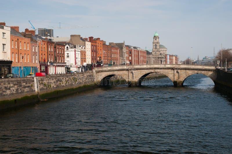 Mognar bron på floden Liffey i Dublin royaltyfri foto
