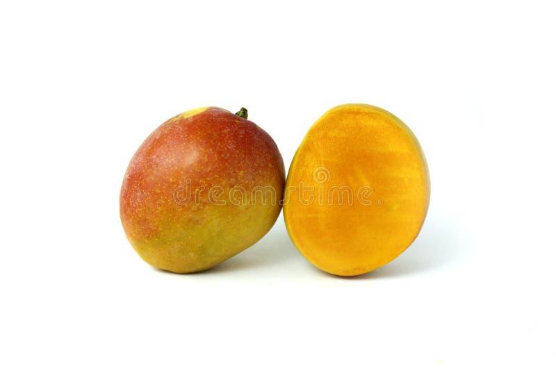 Mognat mango och tvärsnitt av mango fotografering för bildbyråer
