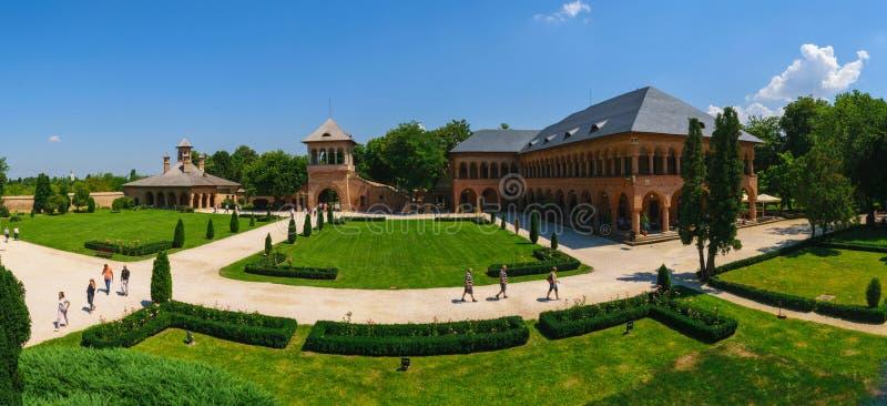 Mogosoaia, Rumänien - 5. August 2018: touristischer Besuchs-Mogosoaia-Palast nahe Bukarest, Rumänien Panorama des Hofes Ausrüstun stockbild