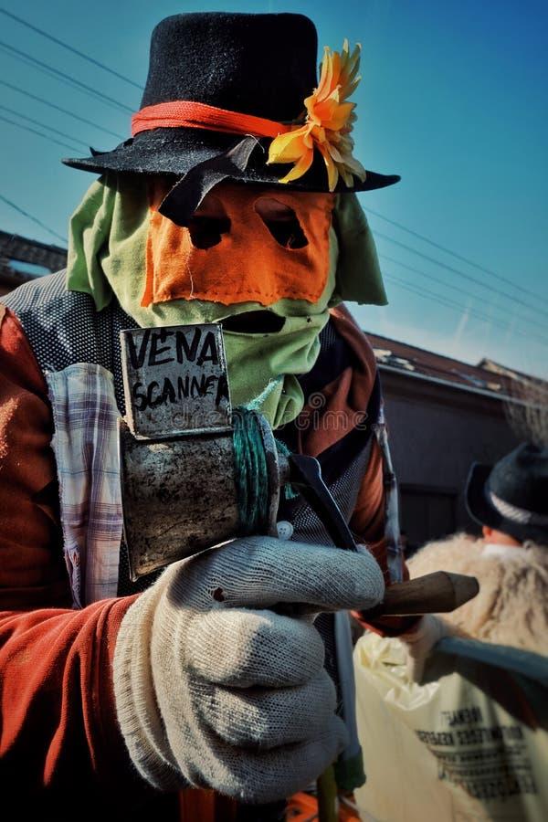 Mohacs Baranya, Węgry, FEB,/- 26 2017: tradycyjni uczestnicy wędruje ulicy ich dzwonili buso busojaras wydarzenie fotografia stock