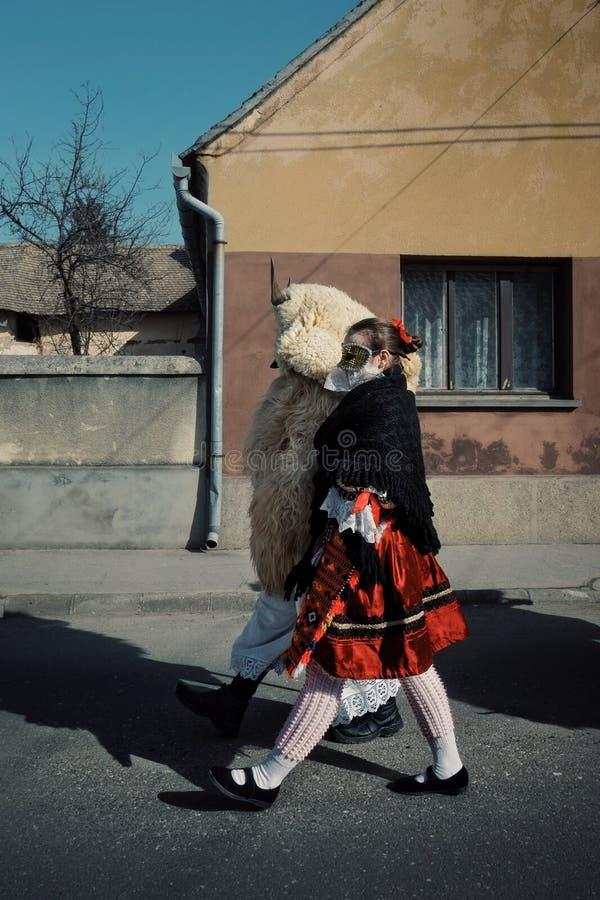 Mohacs Baranya, Węgry, FEB,/- 26 2017: tradycyjni uczestnicy wędruje ulicy ich dzwonili buso busojaras wydarzenie obraz stock