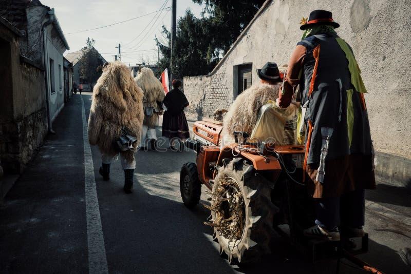 Mohacs Baranya, Węgry, FEB,/- 26 2017: tradycyjni uczestnicy wędruje ulicy ich dzwonili buso busojaras wydarzenie obrazy stock