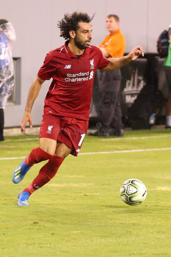 Mohammed Salah #11of Liverpool FC na ação contra Manchester City durante o jogo internacional do copo de 2018 campeões imagens de stock