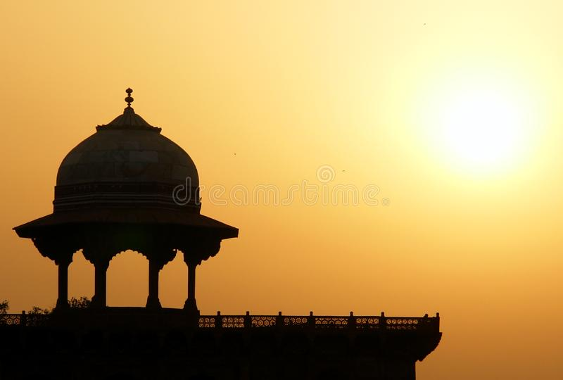 Mohammedaans vestingssilhouet bij zonsopgang. Taj Maha stock foto's