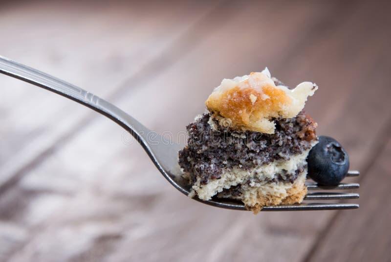 Mohn-Kuchen auf einer Gabel stockfotos
