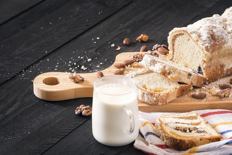 Mohn Kuchen und Schale von Milch lizenzfreie stockfotos