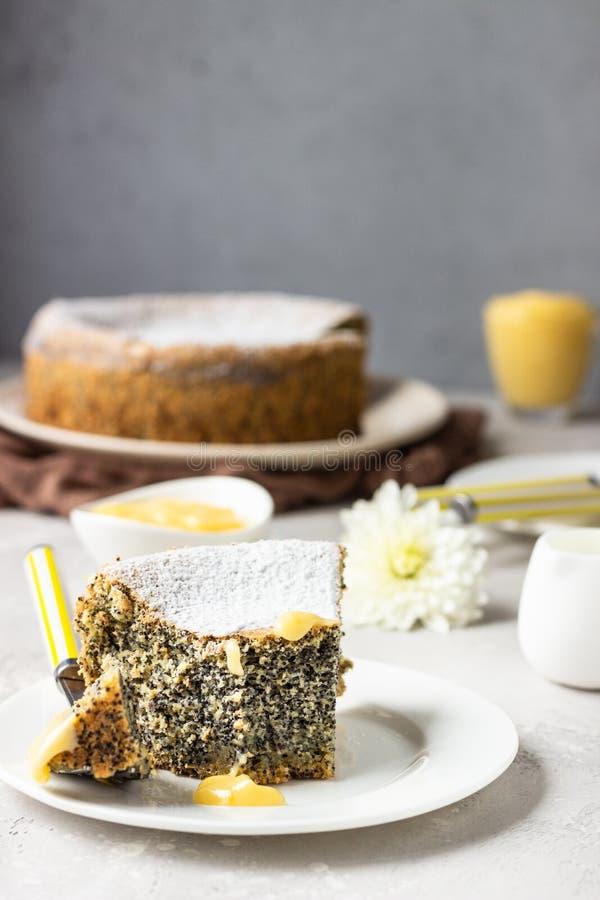 Mohnkuchen mit Zuckerpulver, Schinken und einer Tasse Kaffee stockfotografie