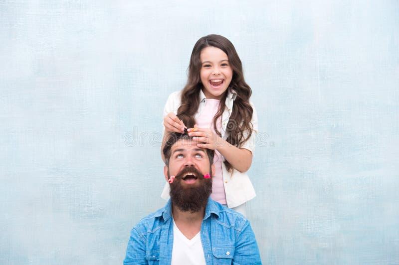 Moi ojcowie włosy w najlepszym stylu córeczki Szczęśliwa rodzina świętuje międzynarodowy dzień ojców Najlepsze zdjęcia stock