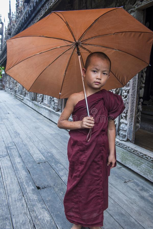 Moine au monastère de Shwenandaw à Mandalay, Myanmar photo stock