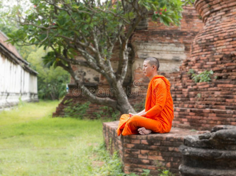 Moine au temple de Putthaisawan en Thaïlande photos libres de droits