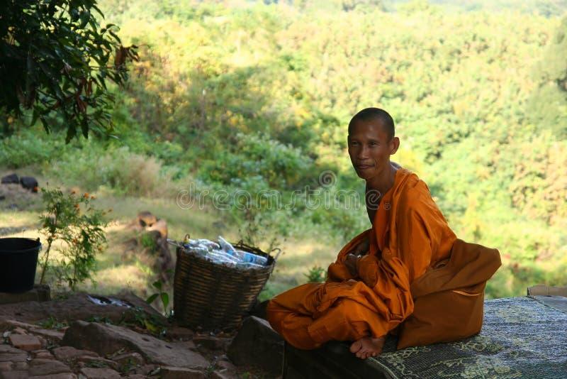 Moine au temple de Wat Phu images stock