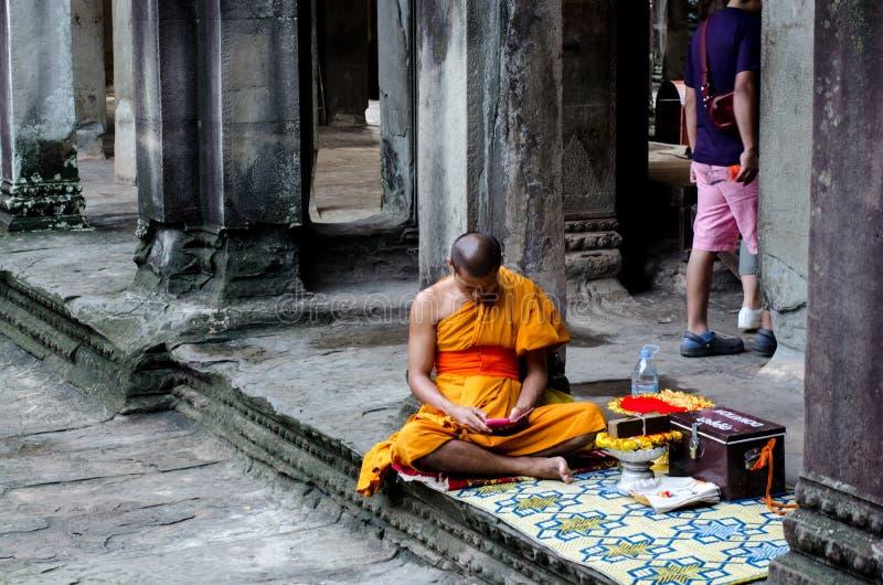Moine bouddhiste chez Angkor Vat images stock