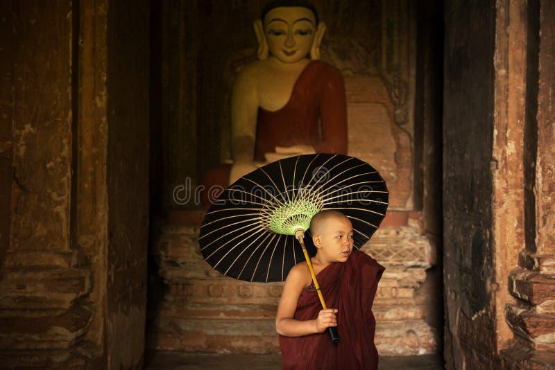 Moine bouddhiste de novice à l'intérieur de monastère photos libres de droits