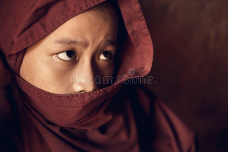 Moine bouddhiste de novice couvert de robe longue photos libres de droits