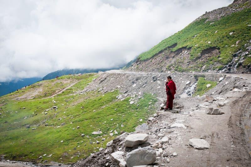 Moine bouddhiste en montagnes photographie stock