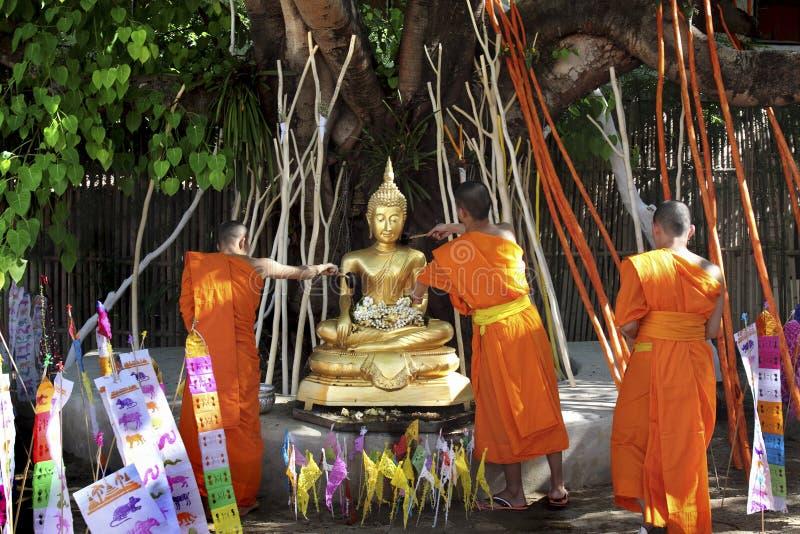 Moine bouddhiste pleuvant à torrents à la statue de Bouddha photos libres de droits