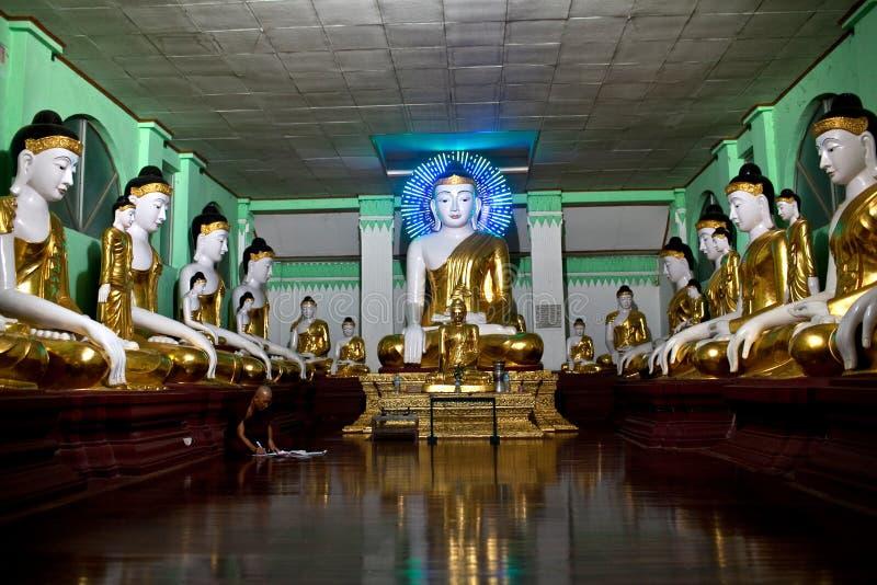 Moine bouddhiste priant chez Shwedagon Paya, Myanmar photos stock