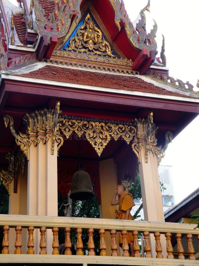 Moine bouddhiste Rings Temple Bell images libres de droits