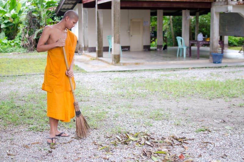 Moine bouddhiste, temple thaïlandais de Sweep de moine. photographie stock libre de droits