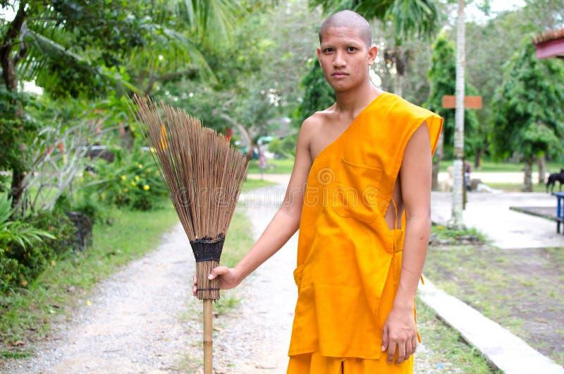 Moine bouddhiste, temple thaïlandais de Sweep de moine. image stock