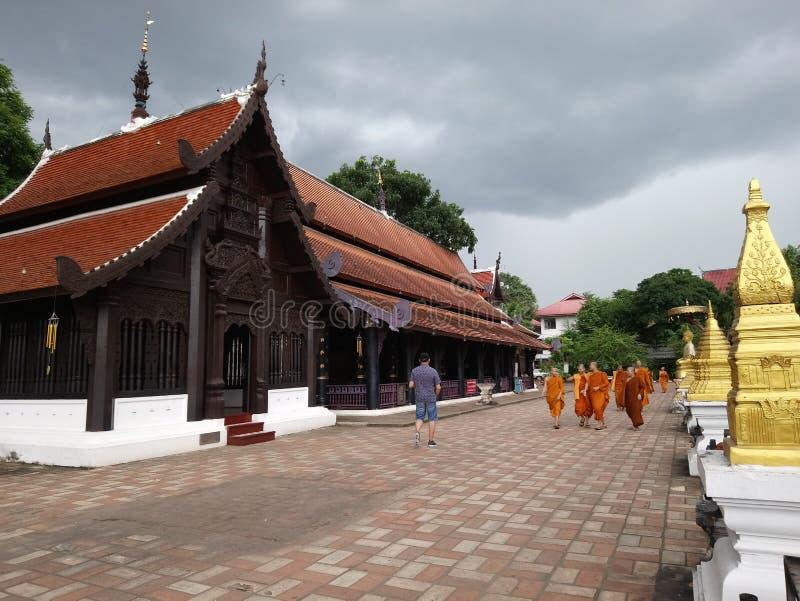 Moine d'enfants flânant autour du temple photo stock
