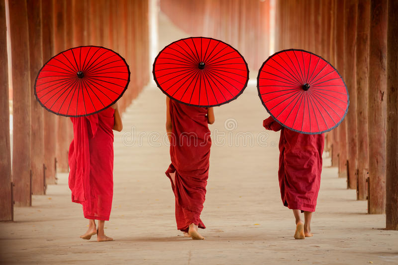 Moine de novice de Myanmar marchant ensemble dans la pagoda antique Bagan Man photographie stock libre de droits