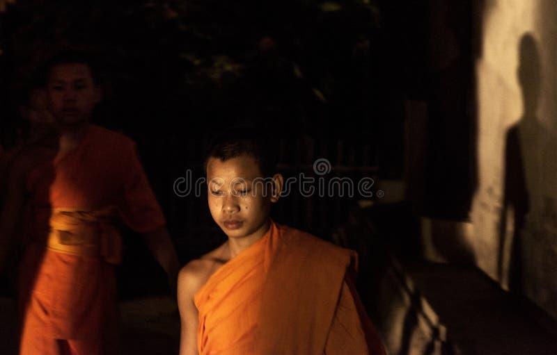 Moine de novice marchant à l'intérieur du temple, Chiang Mai, Thaïlande photo stock
