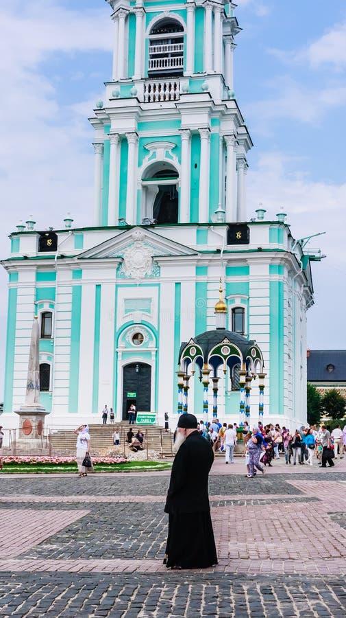 Moine et la tour de cloche St Sergius Lavra de trinité sainte Sergiev Posad photographie stock
