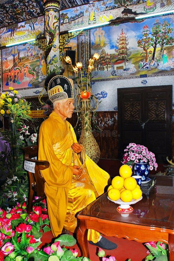 Moine impérissable dans un sanctuaire de temple bouddhiste image libre de droits